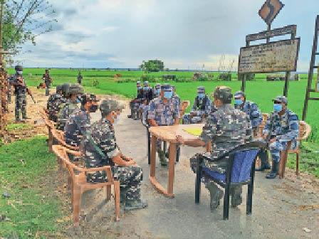 सीमा पर बैठक करते एसएसबी और नेपाल एपीएफ के जवान। - Dainik Bhaskar