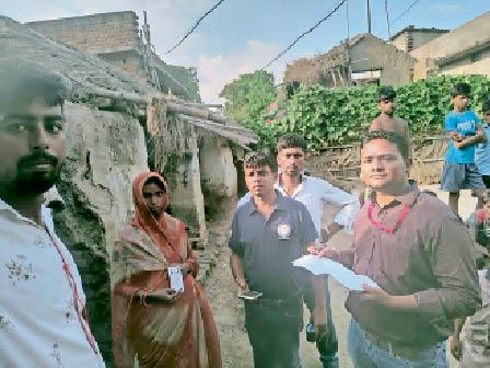 शंभूगंज के प्रतापपुर गांव में छापेमारी करती टीम। - Dainik Bhaskar