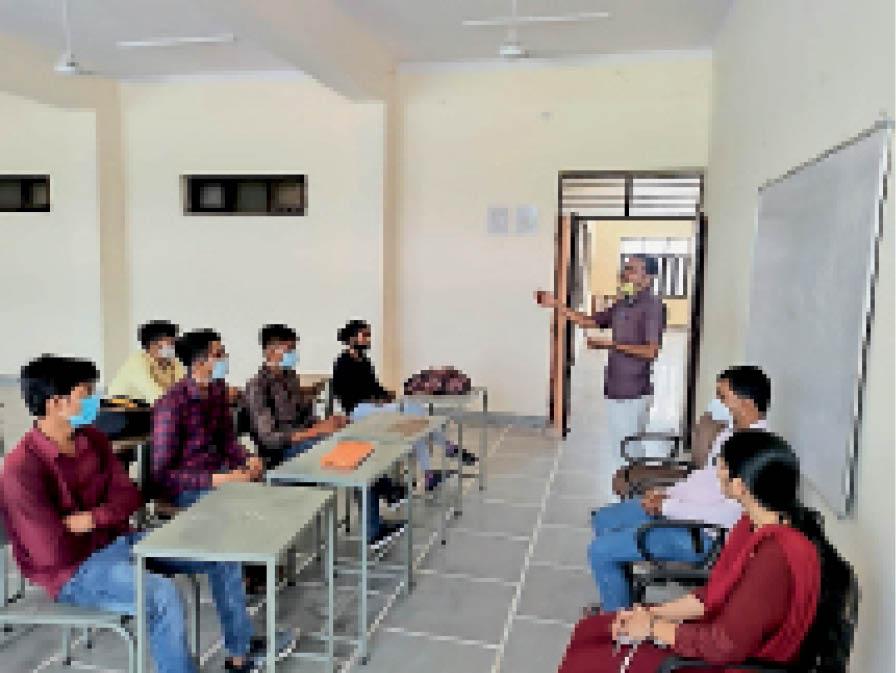 महाविद्यालय में कार्यक्रम के दौरान उपस्थित विद्यार्थी। - Dainik Bhaskar