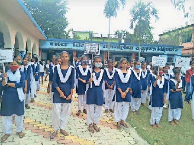 हिन्दी दिवस पर निकली प्रभातफेरी में शामिल उत्क्रमित उच्च सह मध्य विद्यालय गलगलिया की छात्राएं। - Dainik Bhaskar