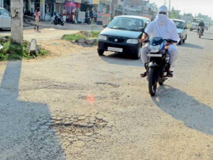 सड़क पर गड्ढा। सिंगल लेयर डाली गई रोड पर कई जगह इसी तरह के गड्ढे हो चुके हैं। - Dainik Bhaskar