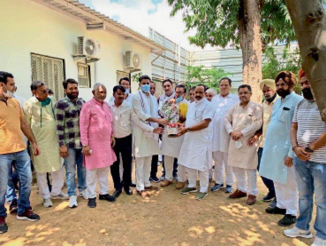 पूर्व उपमुख्यमंत्री सचिन पायलट से मिलते कांग्रेस नेता चांडक व पार्षद। - Dainik Bhaskar