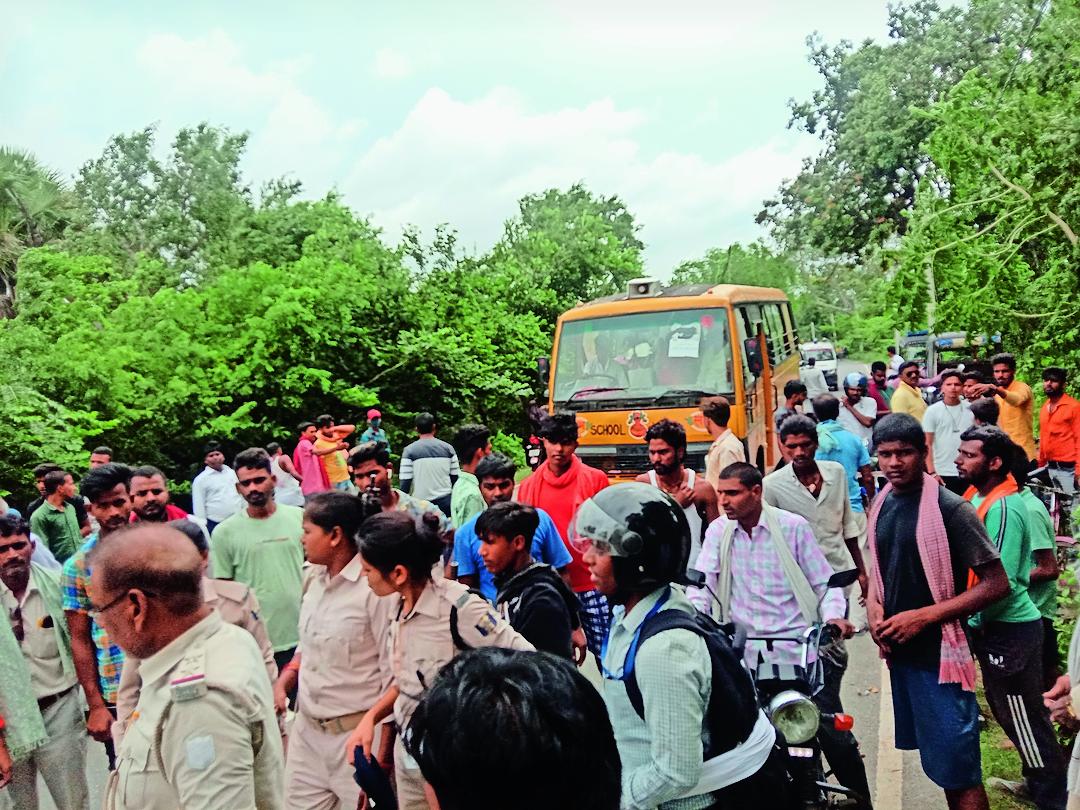 हादसे के बाद घटनास्थल पर लगी लोगों की भीड़। - Dainik Bhaskar