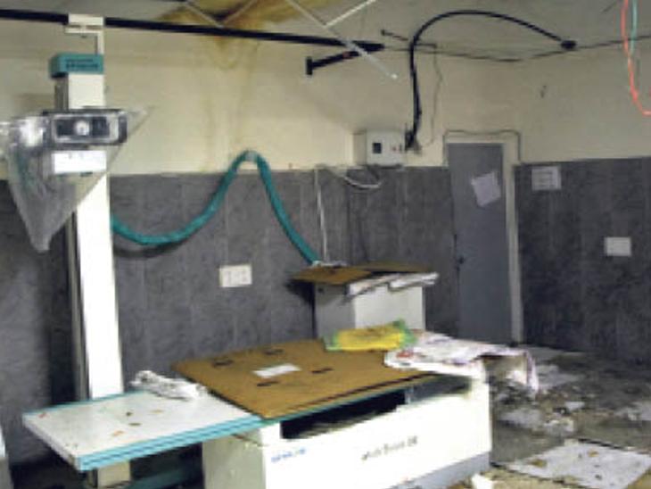 नए एक्स-रे रूम में छत के प्लास्टर सहित फोर सीलिंग एक्स रे मशीन पर आकर गिरी। - Dainik Bhaskar