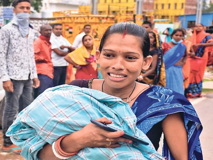 बीमार बच्चे को लेकर रोती हुई पहुंचीं मां। - Dainik Bhaskar