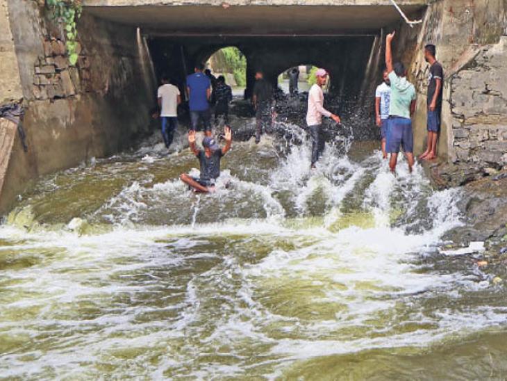 फतहसारग में गिरता चिकलवास फीडर का पानी। - Dainik Bhaskar