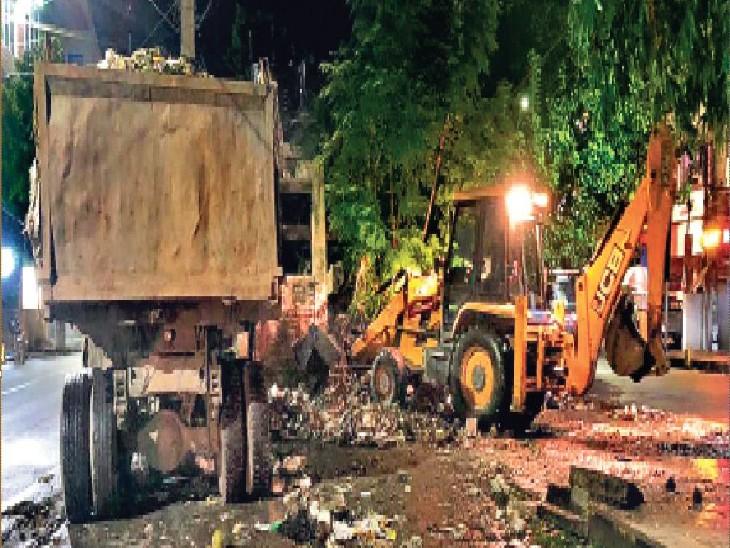नगर निगम का दावा- बड़ी संख्या में कर्मी काम पर लौटे। बोरिंग कैनाल रोड में देर रात शुरू हुई सफाई। - Dainik Bhaskar