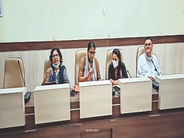 जिले के वैक्सीनेशन केंद्रों की जानकारी देते अधिकारी। - Dainik Bhaskar