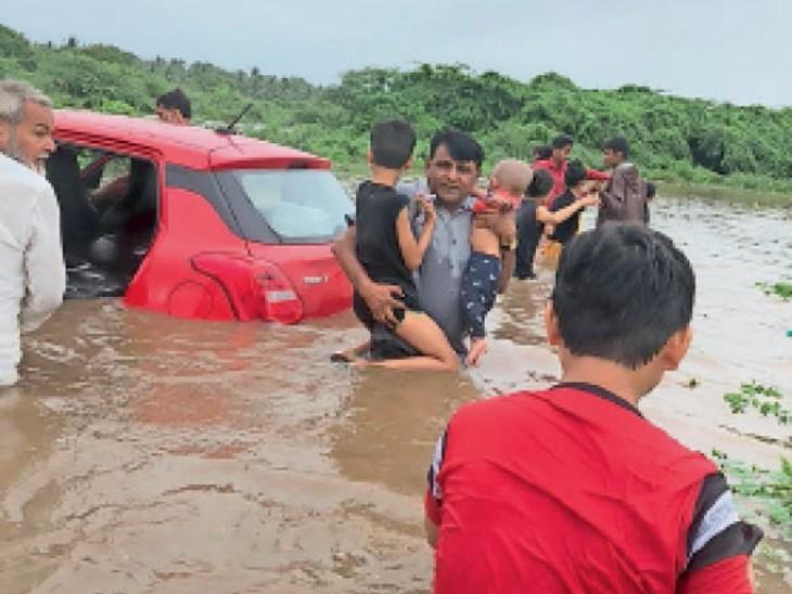 वेरावल में देवका नदी में फंसे लोगों को बचाया गया। - Dainik Bhaskar