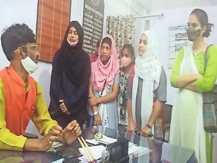 डीएसडब्ल्यू से मिलने पहुंची छात्राएं। - Dainik Bhaskar