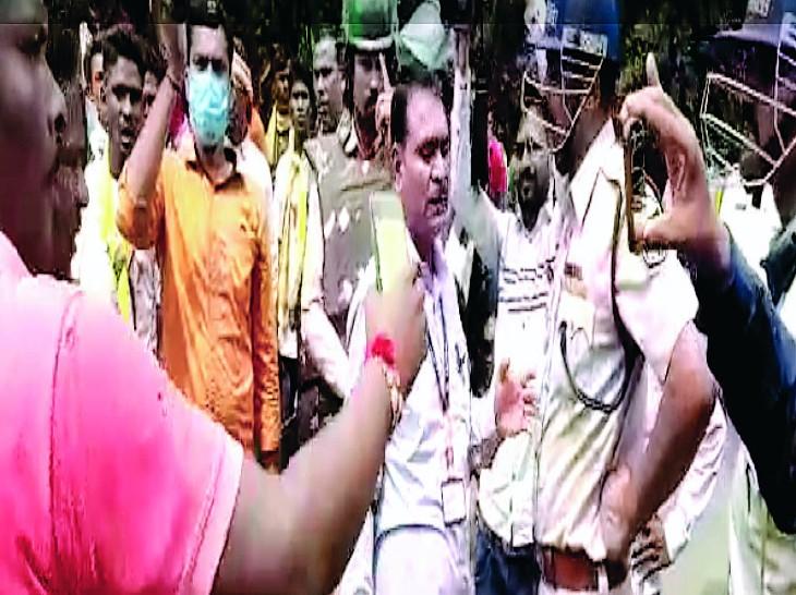 मांधाता थाने के बाहर किशन की मौत के बाद परिजनों ने हंगामा किया। - Dainik Bhaskar