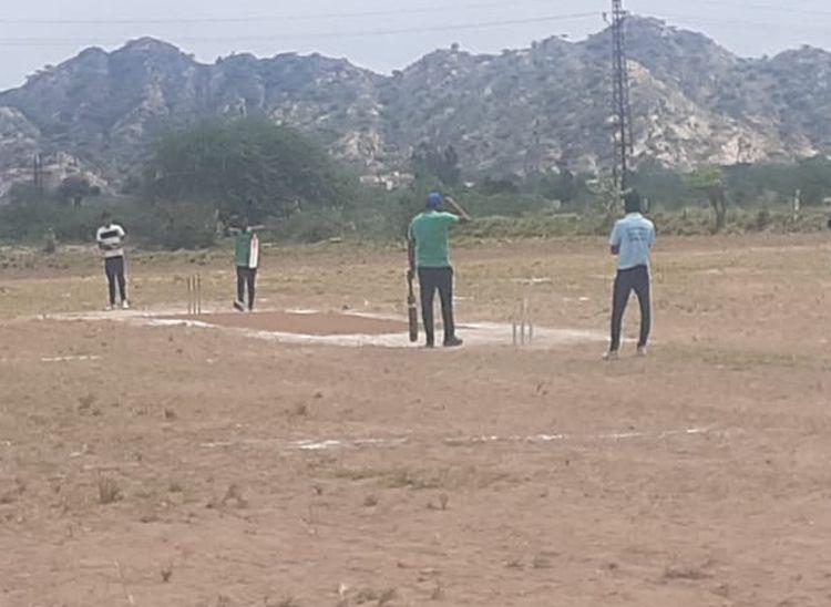 पार्षदों ने मैदान में लगाए चौके-छक्के और जीत लिया मैच, पार्षद इलेवन व सनराइज क्रिकेट क्लब के बीच मैच खेला गया|पाली,Pali - Dainik Bhaskar