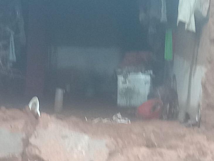 GPM जिले में भारी बारिश से 3 कच्चे मकान गिर गए हैं, जबकि कई घरों को आंशिक रूप से नुकसान हुआ है। वहीं घरों में पानी भर गया है।