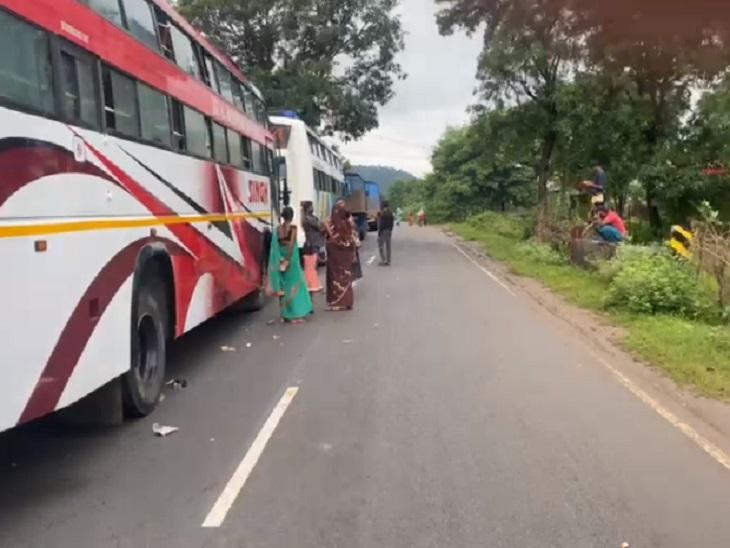 मंगलवार रात को हुई बारिश ने स्थिति को बिगाड़ दिया। सोन नदी पर सचराटोला और चिचगोहना गांवों में बनाया गया मरवाही मार्ग पुल डूब चुका है, इससे यातायात प्रभावित हुआ है।