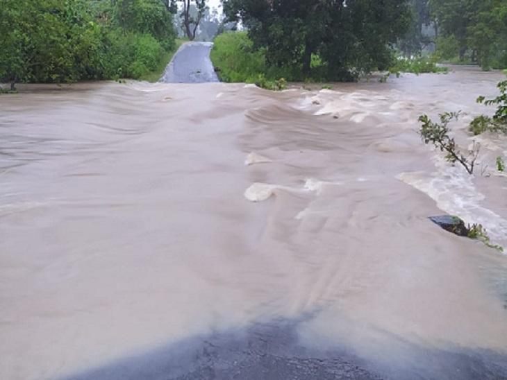 बम्हनी नदी उफान पर होने से मुख्यमार्ग पानी में डूब गया है। इसके चलते दो दर्जन गांवों से संपर्क टूट चुका है।
