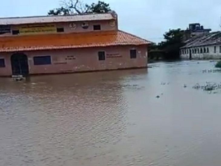 शहरी इलाकों में भी स्थिति खराब है। जिले का सबसे पुराना जनपद स्कूल प्रांगण में पानी भर गया है।