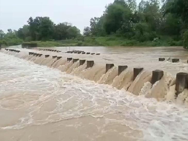 जिले में बने 10 डैम 100% से ज्यादा पानी से लबालब भर चुके हैं। इनमें से 3 का गेट खोल दिया गया है।
