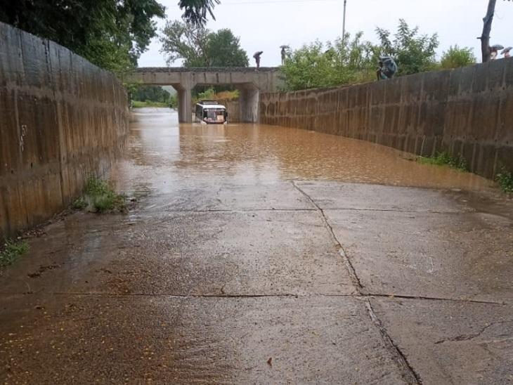 पेंड्रा में कल्याण का स्कूल के आगे अंडरपास में कमर तक पानी भर गया है। इस दौरान एक बस को निकालता चालक।