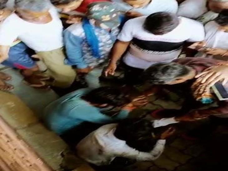 बंधक बनाकर दो बदमाशों की चौराहे पर जमकर धुनाई, महिलाओं ने भी मारे थप्पड़; बकरी चोरी कर जा रहे थे तभी हुआ शक|उदयपुर,Udaipur - Dainik Bhaskar
