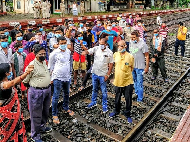 ओडिशा के गरपोश में ट्रैक पर बुधवार सुबह 6 बजे से शाम 5 बजे तक प्रदर्शन करते रहे। - Dainik Bhaskar