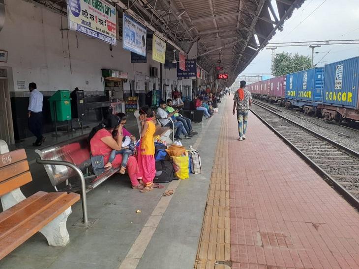 लोग घंटों से रायगढ़ स्टेशन पर बैठकर ट्रेनों का इंतजार करते रहे।