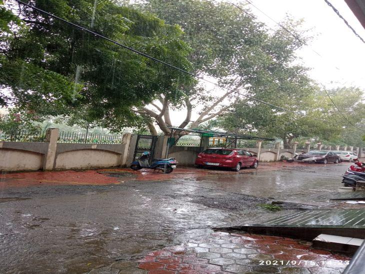 बादल, रिमिझम बारिश के साथ खिली धूप, इंदौर में दो इंच बारिश दर्ज, मौसम वैज्ञानिक बोले-गुरुवार को होगी अच्छी बारिश इंदौर,Indore - Dainik Bhaskar