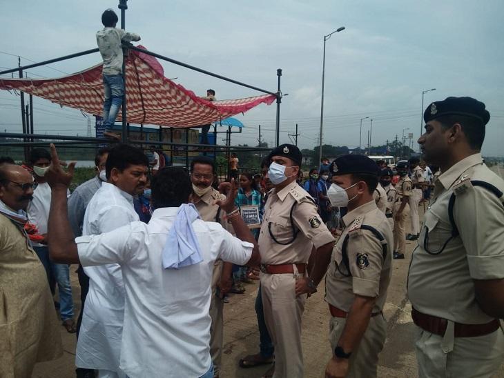 पुलिस व प्रशासन की टीम पहुंच गई है। छात्र-छात्राओं को समझाने का प्रयास किया जा रहा है।