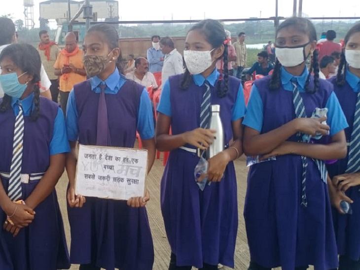 स्कूली बच्चों के हाथों में पकड़ी तख्तियों पर नारे लिखे हुए हैं।