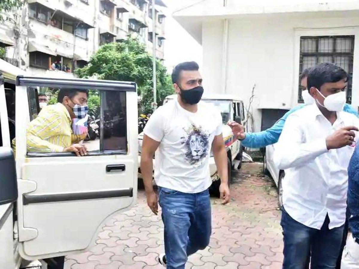 राज कुंद्रा  को 19 जुलाई में अरेस्ट किया गया था। इसके बाद से वे सलाकों के पीछे हैं। - Dainik Bhaskar