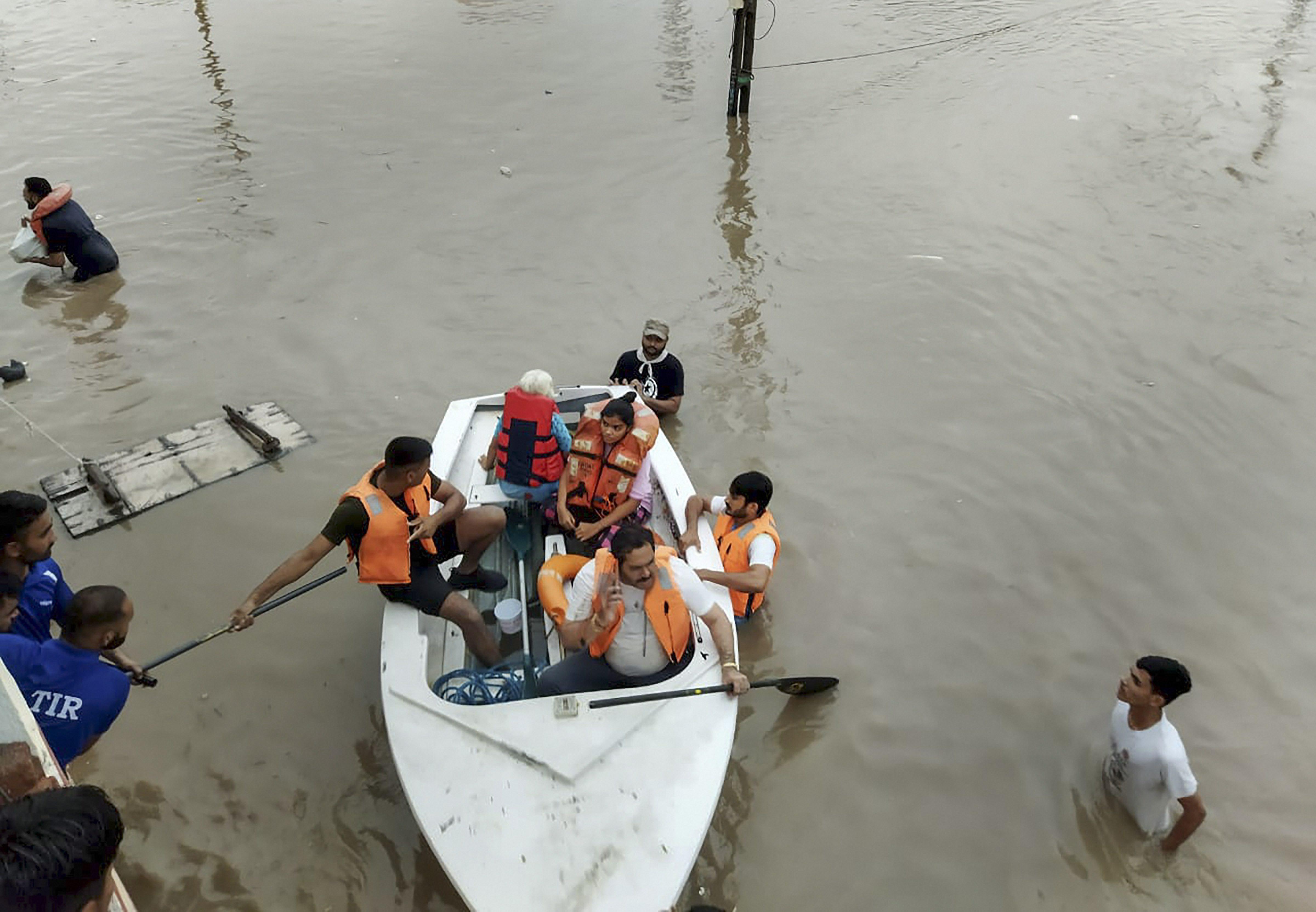 राजकोट में बाढ़ में फंसे लोगों रेस्क्यू करते हुए आपदा राहत की टीम। फोटो मंगलवार की है।