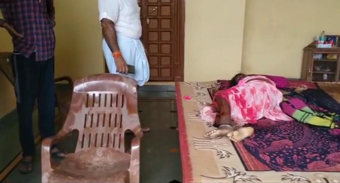 घर की रखवाली करने वाली महिला और उसके बेटे पर धारदार हथियार से हमला, मां की मौत बेटे को अस्पताल में कराया भर्ती|होशंगाबाद,Hoshangabad - Dainik Bhaskar