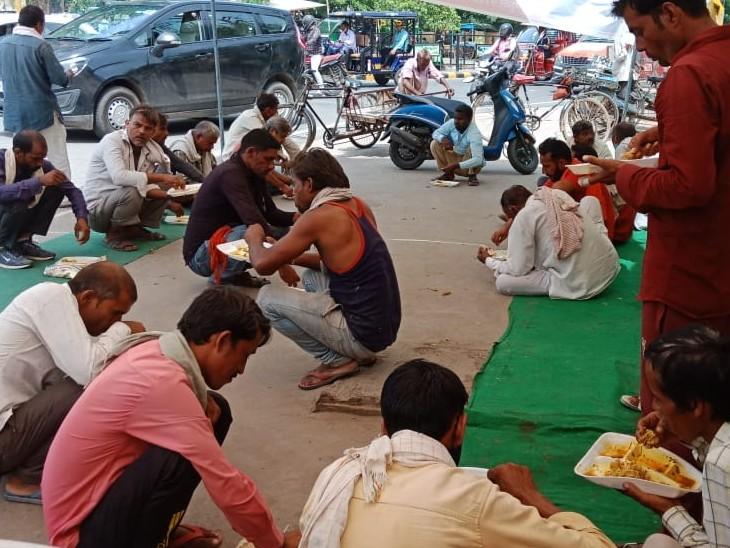 बिजली घर चौराहे पर सुभाष रोजाना गरीबों के खाने का इंतजाम करता है।
