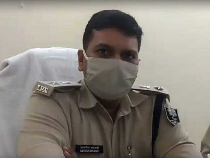 शराब कारोबारी से रिश्वत लेते उत्पाद विभाग के 4 कर्मी और एक लाइनर गिरफ्तार, SP आशीष भारती ने बनाई थी स्पेशल टीम बिहार,Bihar - Dainik Bhaskar