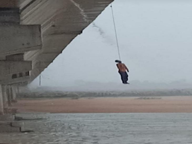 पुल के पाया में फंदा लगाकर युवक की आत्महत्या। - Dainik Bhaskar