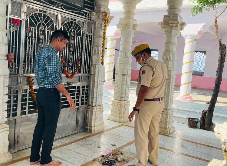 मंदिर का मौका मुआयना करते एएसपी बाली। - Dainik Bhaskar