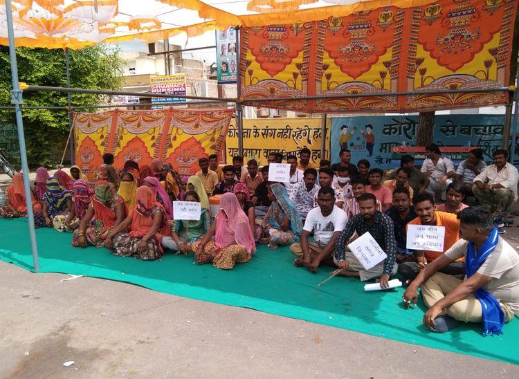मारपीट के आरोपियों की गिरफ्तार की मांग को लेकर नगर पालिका के सामने दे रहे धरना|पाली,Pali - Dainik Bhaskar