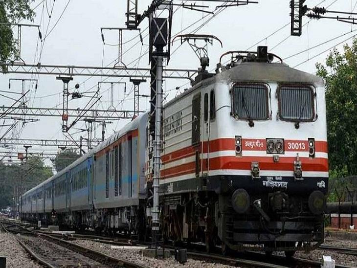 ट्रेनों में बढ़ती वेटिंग लिस्ट के चलते रेलवे ने ये फैसला लिया है। - Dainik Bhaskar