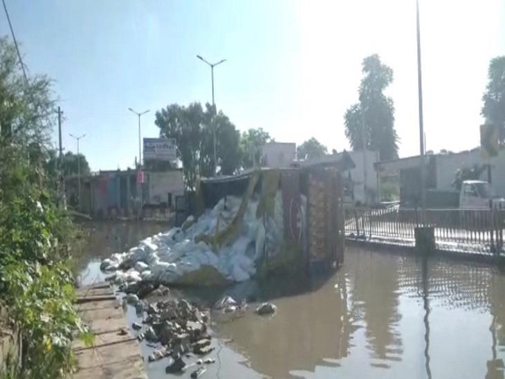 पानी से भरी सड़क पर बने गड्ढे में पलटा खाद से भरा ट्रक, ट्रक ड्राइवर ने कूदकर बचाई जान, बड़ा हादसा टला|झुंझुनूं,Jhunjhunu - Dainik Bhaskar