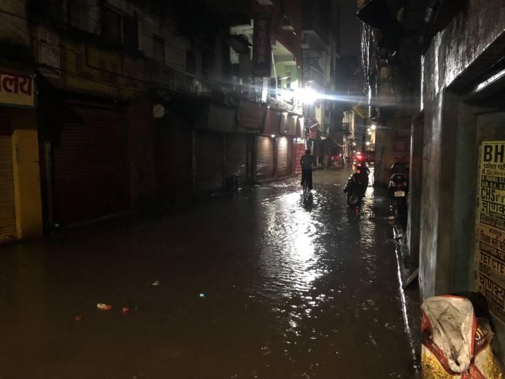 वाराणसी के अस्सी इलाके की सड़क पूरी तरह से जलमग्न हो गई।