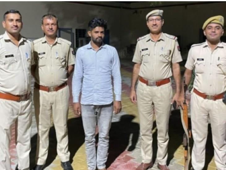 पुलिस गिरफ्त में नशे की दवाई के साथ पकड़ा गया युवक। - Dainik Bhaskar