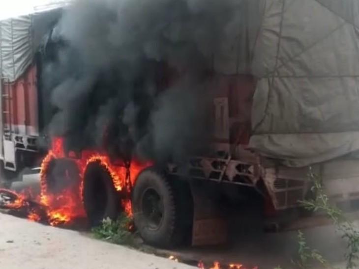 दो बाइक की भिड़ंत के बाद,एक बाइक को ट्रक ने चपेट में लिया,टायर फंसने से घसीटते हुए ले गया,पेट्रोल की टंकी फटने से दोनों वाहनों में लगी आग,एक घायल|करौली,Karauli - Dainik Bhaskar