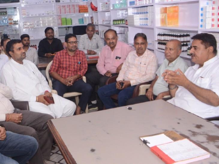 नशीली दवाइयां बेचने वाले केमिस्ट की गिरफ्तारी के बाद की बैठक,सदस्य बोले-नशीली दवाइयों का व्यापार करने वाले संगठन का नहीं हैं हिस्सा|हनुमानगढ़,Hanumangarh - Dainik Bhaskar