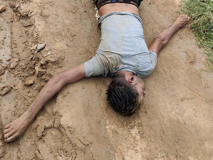 शराब के नशे में पैदल अपने गांव जा रहा था,ग्रामीणों ने अचेत को देखकर पुलिस को बुलाया,अस्पताल ले जाने पर मौत|धौलपुर,Dholpur - Dainik Bhaskar