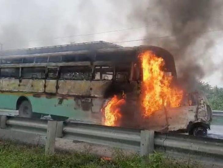 बस और कार की सीधी टक्कर में जलकर राख हुई कार, कार में सवार 5 लोग जिंदा जले, 1 घंटे बाद आग बुझाने पहुंची दमकल की गाड़ी|झारखंड,Jharkhand - Dainik Bhaskar