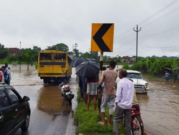रामगड़ के बरकाकाना क्षेत्र के जूही पेट्रोल पंप के बगल में हेहल नाला पर बनी पुलिया पूरी तरह जलमग्न हो गया है। पुलिया के उपर लगभग दो फुट तक पानी जमाहो गया है। इसके कारण इलाके का आवागमन पूरी तरह बाधित हो गया है। - Dainik Bhaskar