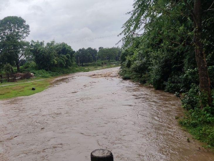 बारिश के कारण नदी नाले उफान पर हैं। हजारीबाग की कई नदियों में बाढ़ से हालात हैं। ये कटमसांडी नदी का नजारा है।