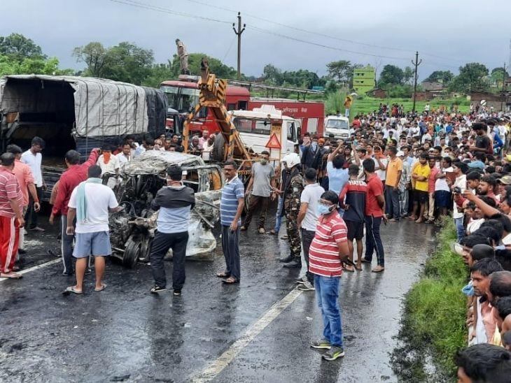 घटना के तीन घंटे बाद शवों को घटना स्थल से हटाया गया। इस दौरान वहां लोगों की भीड़ उमड़ गई।