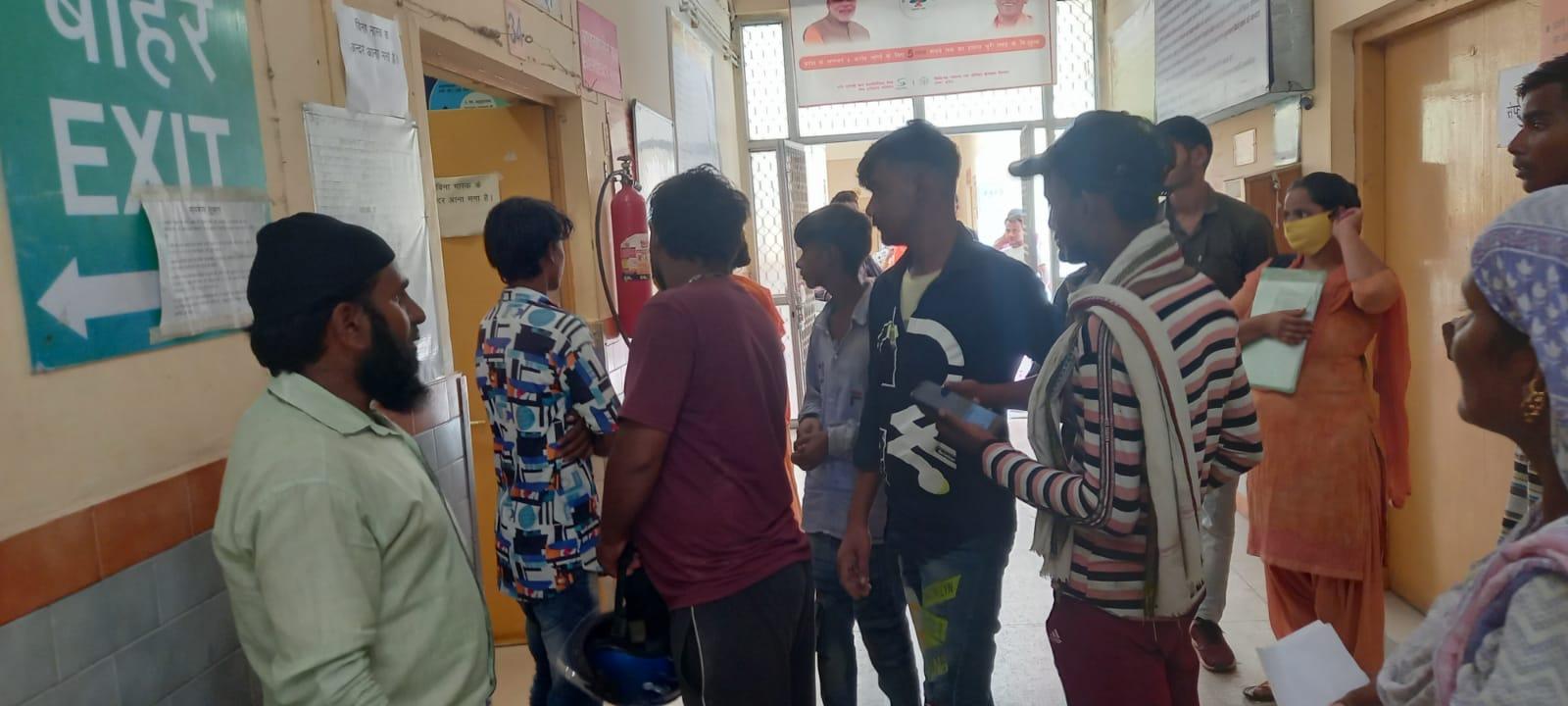 घटना के बाद अस्पताल में जमा पर परिजन - Dainik Bhaskar
