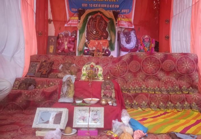नोहरके एक अधिकारी ने बनाई गोबर से भगवान गणेश की प्रतिमा, चित्तौड़मेंमंदिर मेंस्थापितकिए, अब तक बना चुके 25 हजार प्रतिमाएं श्रीगंंगानगर,Sriganganagar - Dainik Bhaskar