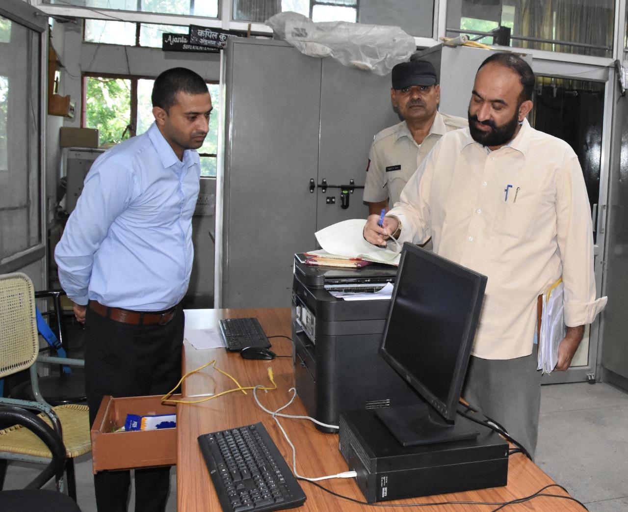 रेवाड़ी DC ने 5 टीमें बनाकर 24 से ज्यादा दफ्तरों का निरीक्षण किया, डेस्क पर नहीं मिले कई वर्कर और अधिकारी|रेवाड़ी,Rewari - Dainik Bhaskar